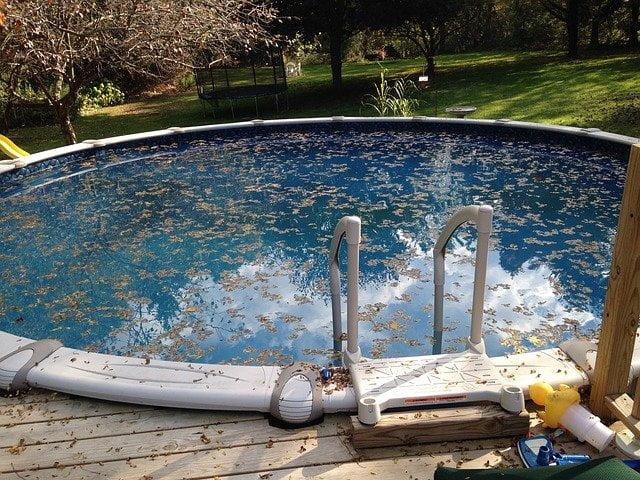 limpieza del agua de la piscina